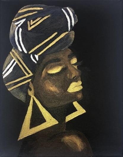 Cuadro pintado a mano de la artista Carmen D de una africana con el pelo largo muy denso en turbante y labios pintados de color de piel marron oscuro, sobre fondo blanco y se le ve hasta el cuello, con pendientes de triángulo color oro pintado con acrílicos liquitex y golden sobre lienzo de lino