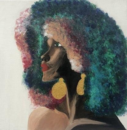 Cuadro pintado a mano de la artista Carmen D de una africana con el pelo largo muy denso de diferentes colores y labios pintados de color de piel marron oscuro, sobre fondo blanco y se le ve hasta el cuello, con aros rellenos color oro pintado con acrílicos liquitex y golden sobre lienzo de lino