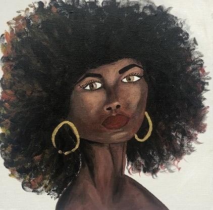 Cuadro pintado a mano de la artista Carmen D de una africana con el pelo largo muy denso y labios pintados de color de piel marron oscuro, sobre fondo blanco y se le ve hasta el cuello, con aros color oro pintado con acrílicos liquitex y golden sobre lienzo de lino