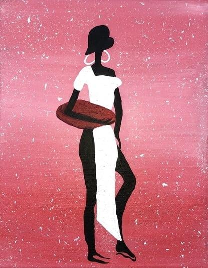 Cuadro pintado a mano de la artista Carmen D de la silueta de una africana con una vasija en el brazo y una túnica blanca, de color negro sobre fondo como de la sabana africana por el atardecer, blanco, rosa y dorado, pintado con acrílicos liquitex y golden sobre lienzo de lino