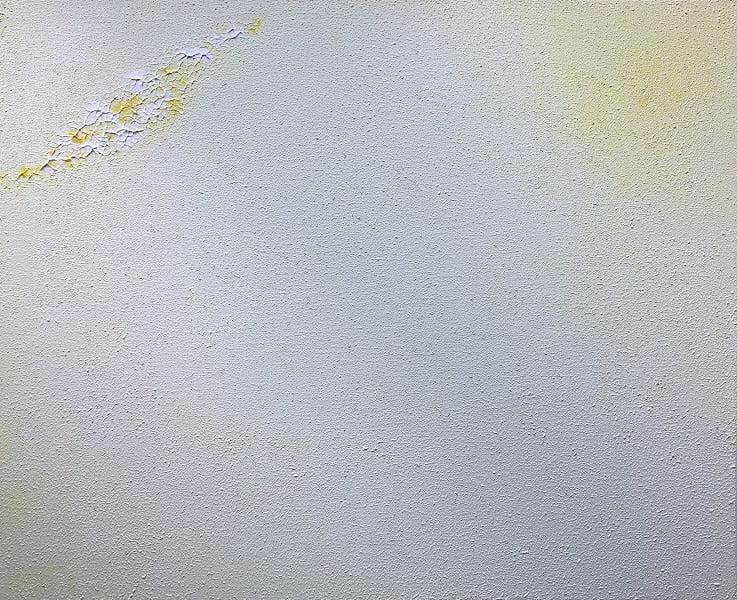 Cuadro pintado a mano de la artista Carmen D abstracto expresionista en el que está la gama de colores de blancos a amarillos, pintado con acrílicos liquitex y golden sobre lienzo de lino