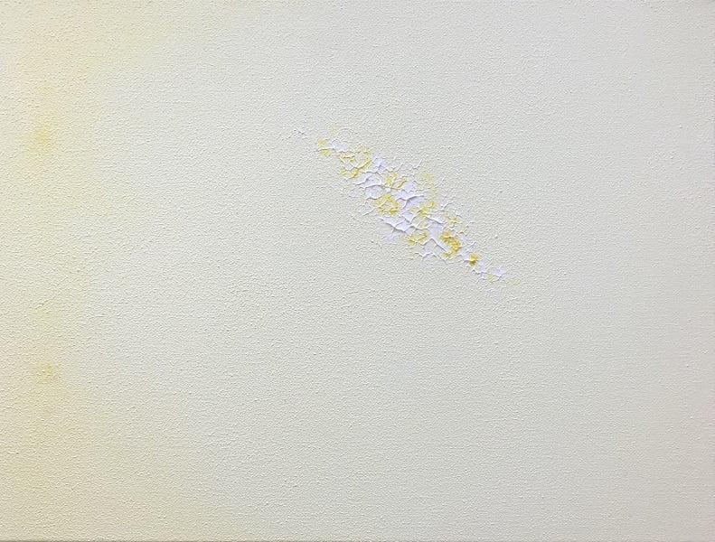 Cuadro pintado a mano de la artista Carmen D abstracto expresionista en el que está la gama de colores de blancos a amarillos, pintado con acrílicos liquitex y golden sobre lienzo, de lino, parte 2