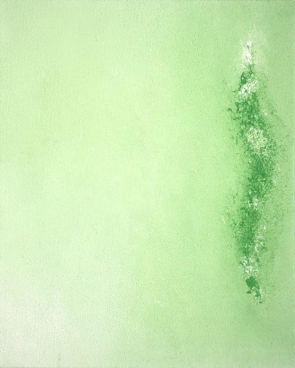 Cuadro pintado a mano de la artista Carmen D abstracto expresionista en el que está la gama de colores de verde claro, con una línea de fuerza en el medio, pintado con acrílicos liquitex y golden sobre lienzo de lino, última parte