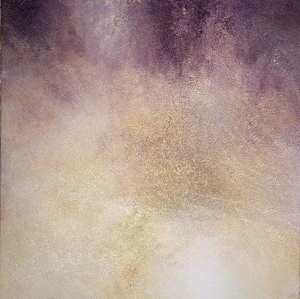 Cuadro grande 100x100cm pintado a mano de la artista Carmen D abstracto expresionista en el que está la gama de colores de amarillos, morados, violetas, blancos, pintado con acrílicos liquitex y golden sobre lienzo de lino