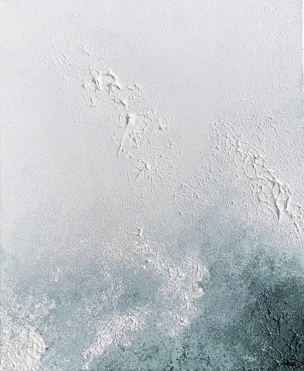 Cuadro pintado a mano de la artista Carmen D abstracto expresionista en el que está la gama de colores de blancos a negros y marrones, representa nubes y el cosmos, pintado con acrílicos liquitex y golden sobre lienzo de lino