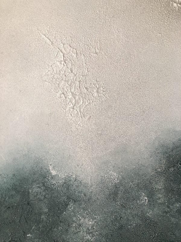 Cuadro pintado a mano de la artista Carmen D abstracto expresionista en el que está la gama de colores de marrones, blancos, dorados, orientado al cosmos y al universo, al cielo oscuro pintado con acrílicos liquitex y golden sobre lienzo de lino